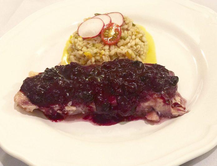 Pavé de saumon laqué érable et bleuets, Pilaf d'orge perlé aux légumes