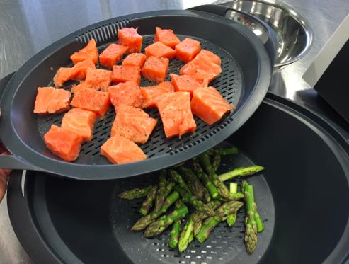 Crème d'asperges et cubes de saumon